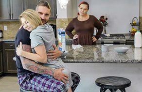 Folla con su hija mientras su esposa está preparando el desayuno