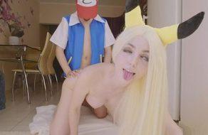 Cosplayer enculada por su novio mientras está disfrazada de Pikachu
