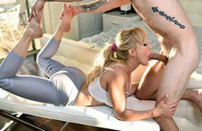 Madura de grandes tetazas seduce a su vecino para que le folle el coño
