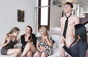 Madre se folla al sumiso de su hijo delante de las putas de las amigas