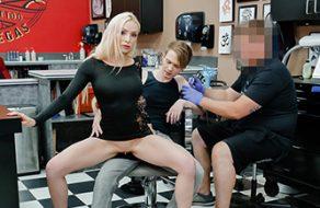 Madrastra cachonda se lo monta con su hijastro mientras le hacen un tatuaje