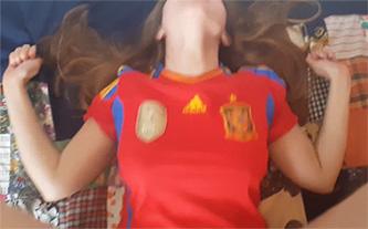 Española de buen culo se graba follando con la camiseta de España puesta