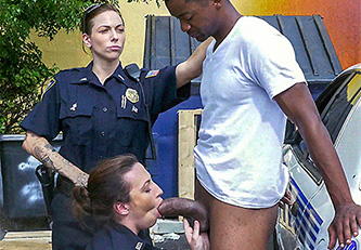 Policías viciosas abusando sexualmente de un delincuente juvenil