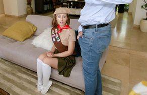Girl Scout adolescente follando con el papá de su mejor amiga