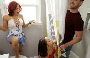 Pajeandose en la ducha mientras su hermanita mea ¡Termina follandola!