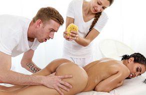 Zorra tatuada follada por un masajista que le revienta el coño a pollazos