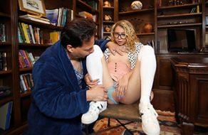 Estudiante zorrita tiene curiosidad por probar una polla dentro de su coñito
