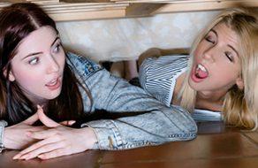 Se folla a sus hermanitas cuando las encuentra debajo de la cama