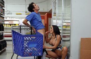 Madura salida se folla a un jovencito en los pasillos del supermercado