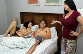 Scarlett Bloom comparte cama con su hermano y se lo acaba follando