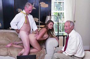 Ivy Rose acepta hacer un trío follando con dos viejos