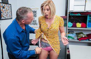 La MILF Amber Chase violada después de robar en una tienda