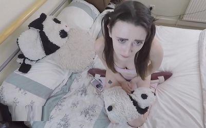 Su padre la castiga follándole el culo por ser una puta