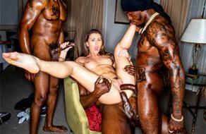 Paige Owens queda con tres negros para que la follen duro