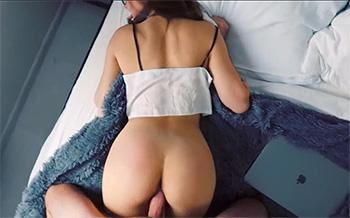 Se la folla al encontrarla leyendo relatos porno