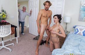 Se folla a su madrastra Becky Bandini mientras le da un masaje