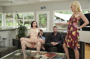 Leia Rae y Tiffany Fox follan en una orgía familiar sin límites