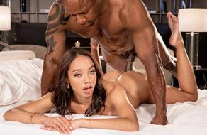 Alexis Tae seduce a su marido para que le reviente el coño