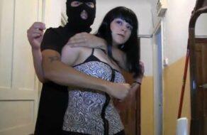Bruno y Maria graban cómo la viola un ladrón que se mete en su casa