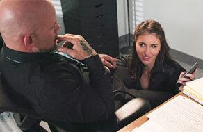 Paige Owens se la chupa a su jefe mientras habla con su mujer