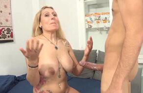 La española más puta follándose a un pipiolo que la parte en dos