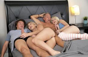 Hijos se meten en la cama de los papis y acaban follando en familia
