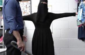 Le quita el hijab para follarla por ser una ladrona