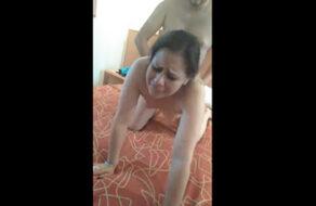 Comparte a su esposa latina para que la folle un amigo