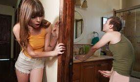 Zorrita ve a su hermano pajeándose y permite que se la folle