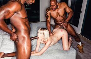 Jessie Saint reventada de forma brutal por dos negros