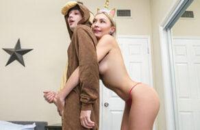 Chloe Temple se ofrece a follarse a su hermano para que descargue