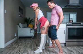 Se folla a su hermanita mientras le enseña a jugar al golf